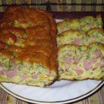 Van otthon egy kis száraz kenyér, szalámi, tojás és sajt? Keverd össze, tedd tepsibe és nemsokára kész a finomság!