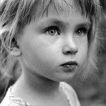 Egy kislány bement a szobájába és a szekrénykéje mélyéről előhúzott egy lekváros üveget