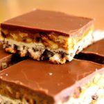 Diós-mogyorós szelet, olyan mint a snickers! Ez a krém csodás, hamar elkészíthető és nagyon ízletes